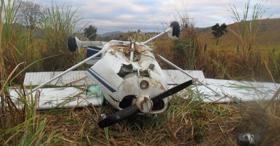 14.ago.2012 - Um avião monomotor se chocou contra um urubu e caiu em um canavial na zona rural de Tarumirim, a 291 km de Belo Horizonte (MG), nessa segunda-feira (13). O piloto sobreviveu à queda e disse que o impacto do urubu partiu o parabrisa da aeronave e o atingiu no rosto, provocando um corte no supercílio