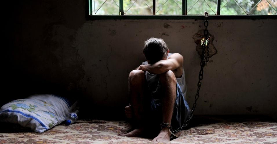14.ago.2012 - Um jovem de 25 anos, viciado em crack, foi acorrentado pela família em Porto Alegre (RS), junto a uma grade, nos fundos da casa onde mora com a família