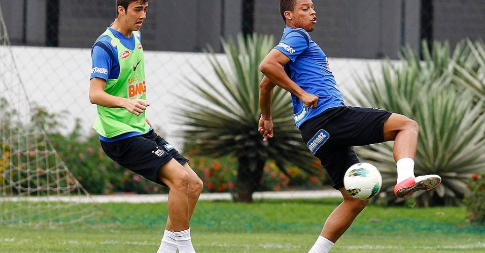 Andr tenta jogada de efeito em treino do Santos nesta tera-feira, no CT Rei Pel
