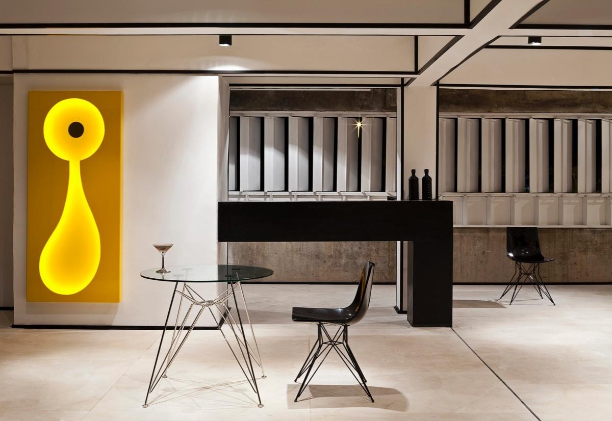 Bar pensado por Christian Blum para a 6ª edição da Morar Mais, em Brasília (14/08 a 23/09/2012): na parede, a escultura-luminária em amarelo vivo é o ponto de maior destaque