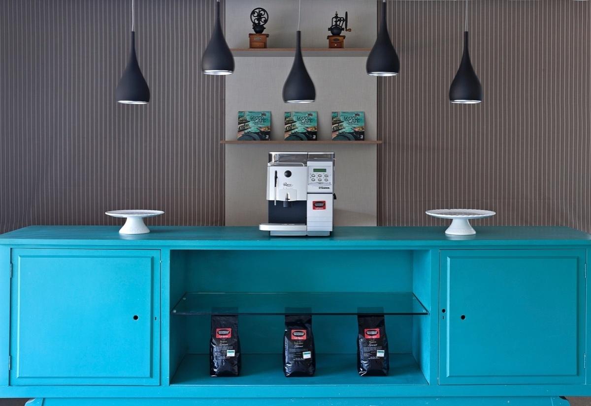 Café Conceito assinado por Carol Vieira, Kaká Tavares e Renata Lobato para a 6ª edição da Morar Mais, em Brasília (14/08 a 23/09/2012): destaque para o balcão azul turquesa