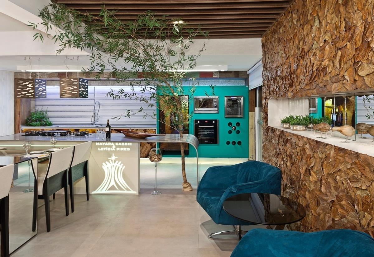 Cozinha da Casa assinada por Mayara Kassiê e Letícia Pires para a 6ª edição da Morar Mais, em Brasília (14/08 a 23/09/2012): azul em diferentes tons nas poltronas e no mobiliário que acomoda alguns eletrodomésticos