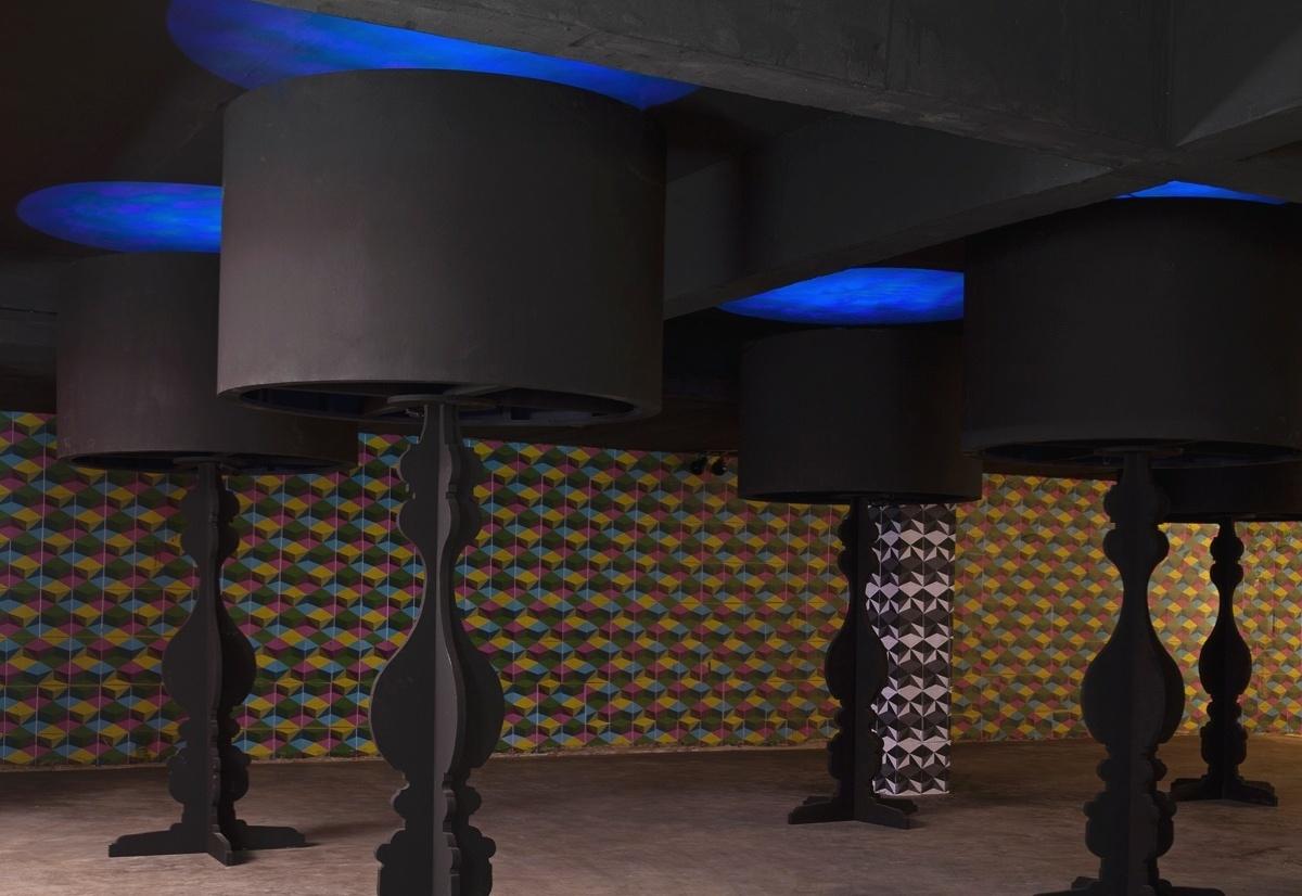 Espaço de Eventos projetado por Simone Turíbio e Gustavo Goes para a 6ª edição da Morar Mais, em Brasília (14/08 a 23/09/2012): cores combinadas no papel de parede geométrico