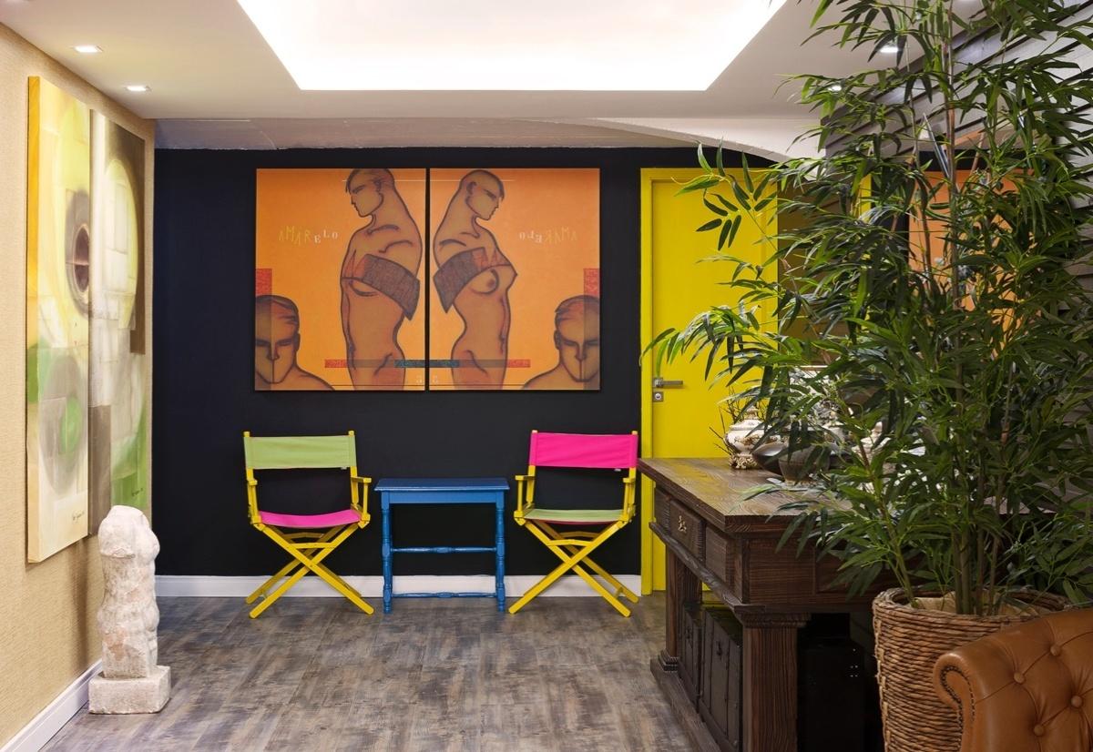 Hall da Casa assinado por Angélica de Camargo para a 6ª edição da Morar Mais, em Brasília (14/08 a 23/09/2012): cadeiras coloridas dão o tom descontraído do espaço