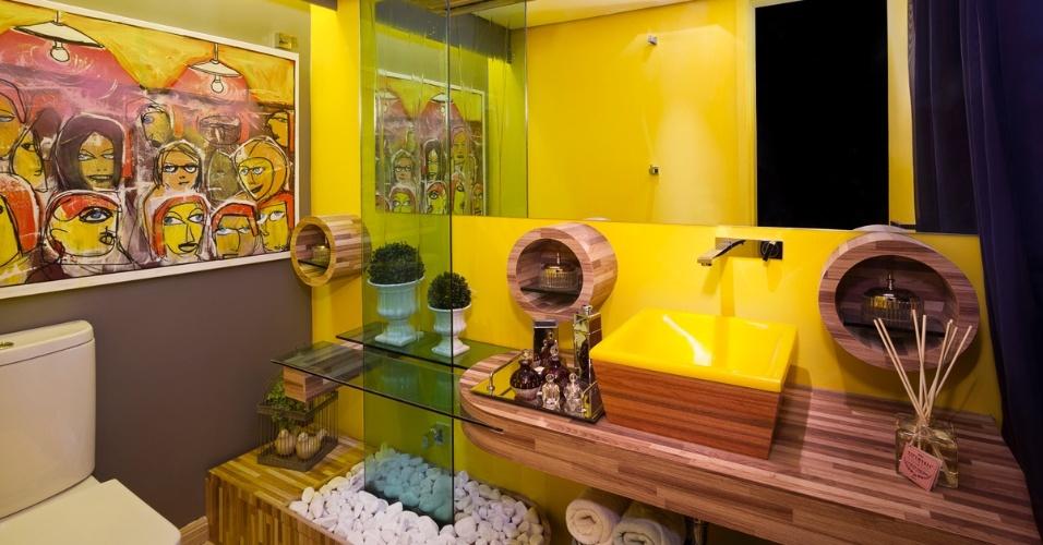 Lavabo Feminino assiando por Fernanda Manata para a 6ª edição da Morar Mais, em Brasília (14/08 a 23/09/2012): cuba e parede amarelas combinadas à madeira e ao vidro