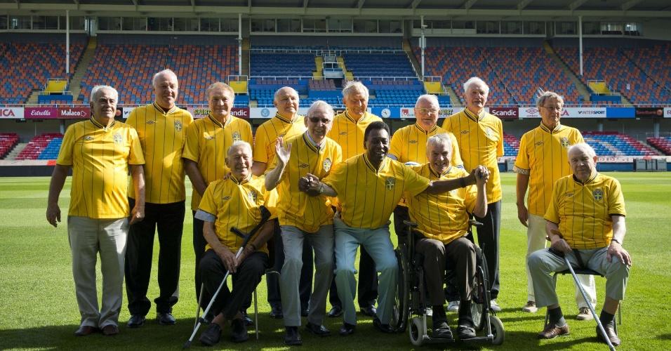 Pelé posa para foto ao lado de antigos jogadores da Suécia e Brasil que, há 54 anos, disputaram a final da Copa de 1958 no estádio Rasunda