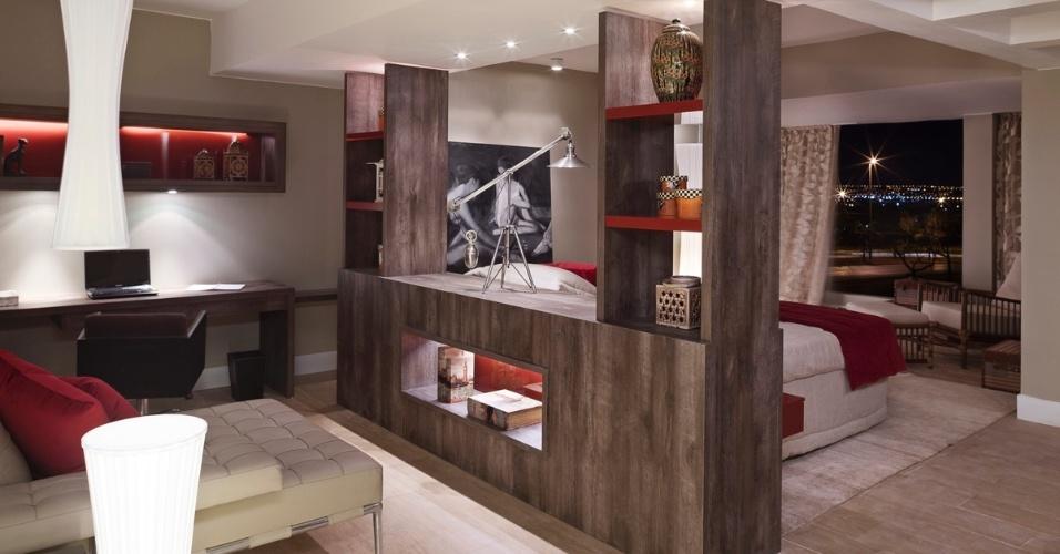 Quarto do Casal projetado por Silvana Monte Rosa para a 6ª edição da Morar Mais, em Brasília (14/08 a 23/09/2012): o vermelho aparece nos tecidos, detalhes de móveis e fundo de prateleiras