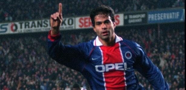 Raí comemora seu gol pelo Paris Saint-Germain contra o Galatasaray no Parc des Princes