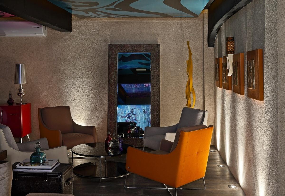 Sala de Cinema desenhada por Apoena Parente, Gilson Freire e Tânia Franco para a 6ª edição da Morar Mais, em Brasília (14/08 a 23/09/2012): as poltronas com detalhes em tecido laranja chamam a atenção e aquecem o ambiente
