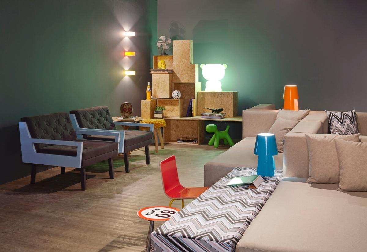Sala de Estar projetada por Renata Dutra para a 6ª edição da Morar Mais, em Brasília (14/08 a 23/09/2012): elementos descontraídos, caveiras e pontos de cor dão o tom moderno ao espaço