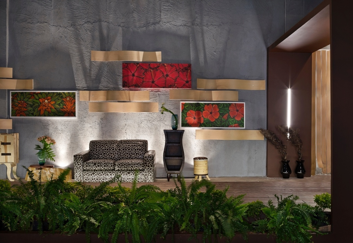Varanda e Jardim criados por  Adéle Rossi, Luciana Amorim e Maiara Heusi para a 6ª edição da Morar Mais, em Brasília (14/08 a 23/09/2012): ao verde das plantas é combinado o vermelho intenso dos quadros