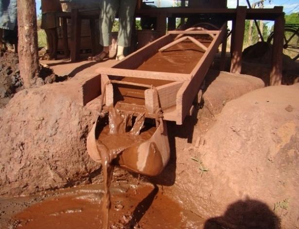"""15.ago.2012 - Aparelho apelidado de """"cobra fuma"""", onde corre água com barro sobre placas com mercúrio que servem para reter o ouro presente em meio à lama, em Serra Pelada"""