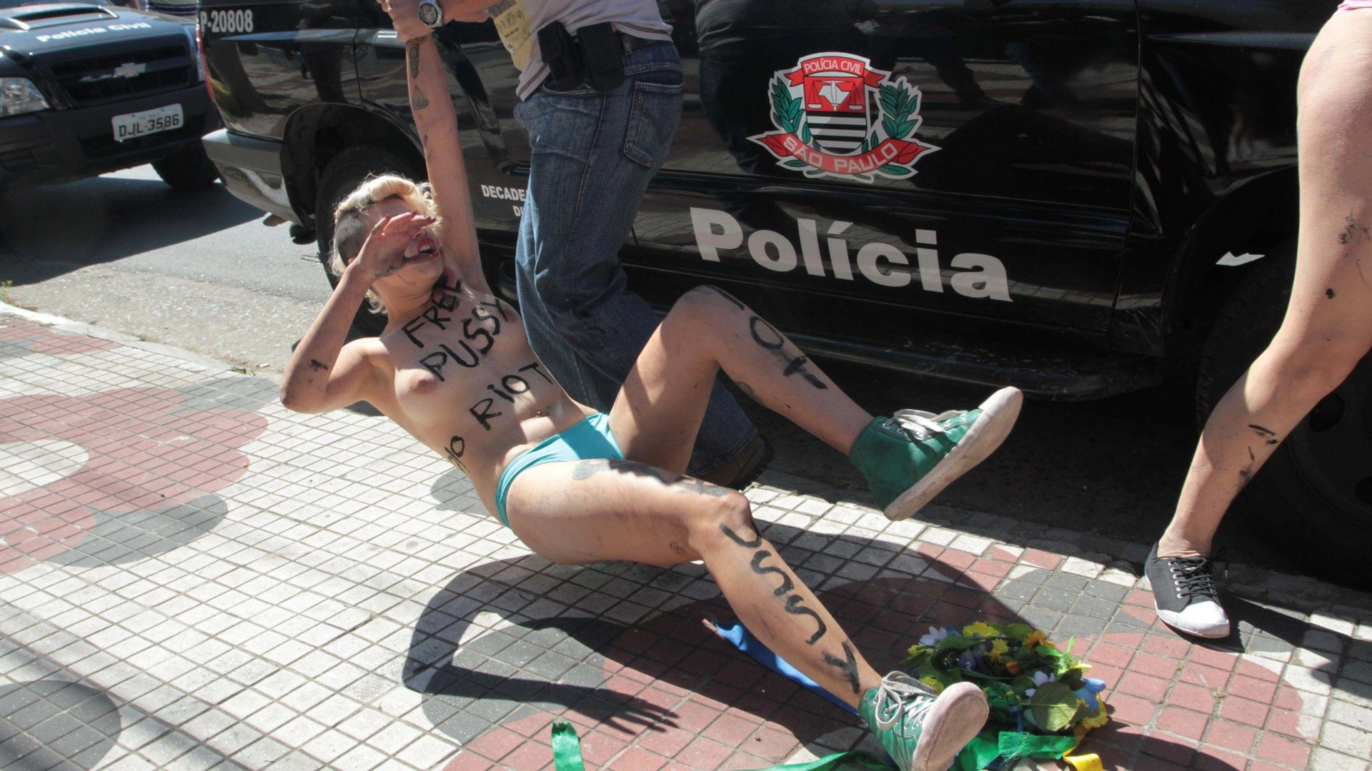 15.ago.2012 - Ativista do grupo Femen  arrastada por policial ao ser detida durante um protesto em prol da liberdade de trs integrantes da banda russa Pussy Riot, em frente ao consulado da Rssia, em So Paulo. As trs russas foram detidas devido a um protesto realizado em uma igreja, quando cantaram uma msica intitulada 