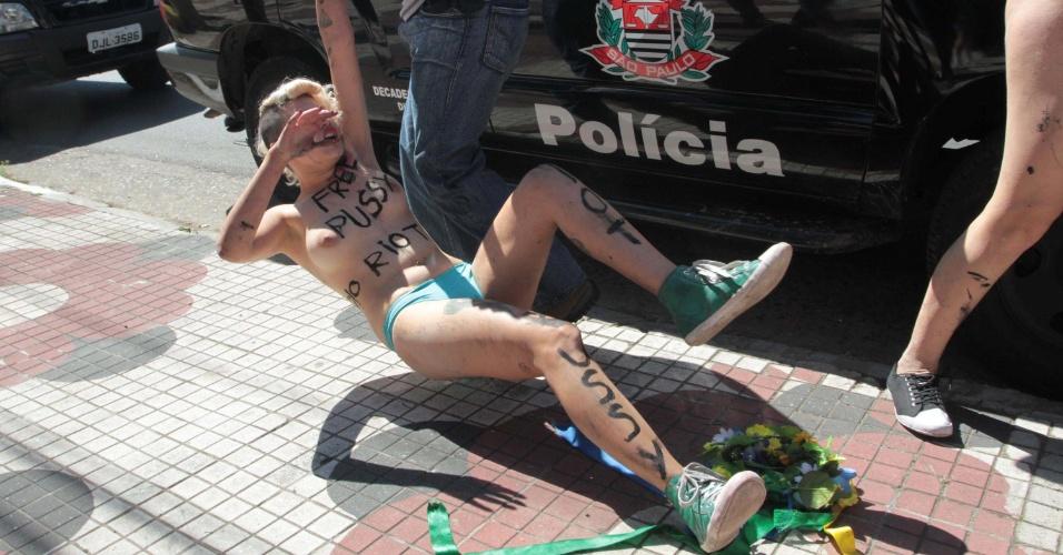 15.ago.2012 - Ativista do grupo Femen é arrastada por policial ao ser detida durante um protesto em prol da liberdade de três integrantes da banda russa Pussy Riot, em frente ao consulado da Rússia, em São Paulo. As três russas foram detidas devido a um protesto realizado em uma igreja, quando cantaram uma música intitulada