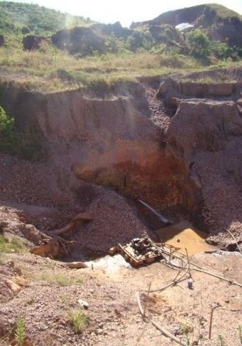 15.ago.2012 - Buraco vazio: bombas de sucção têm de ficar ligadas para permitir o garimpo em Serra Pelada