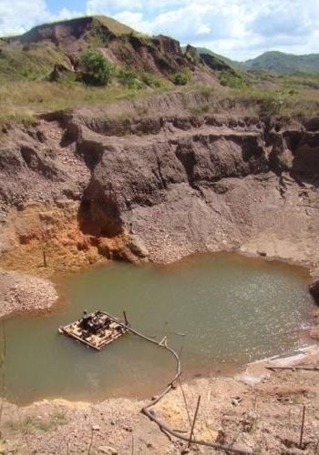15.ago.2012 - Com as bombas de sucção desligadas por 24 horas, solo amazônico alaga buraco em um dia, impedindo o garimpo