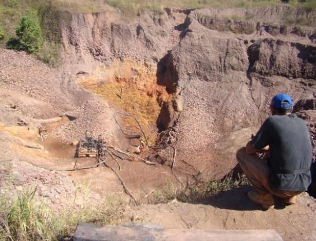 15.ago.2012 - Empreendimentos de mineração de médio porte povoam de crateras a paisagem ao redor de Serra Pelada
