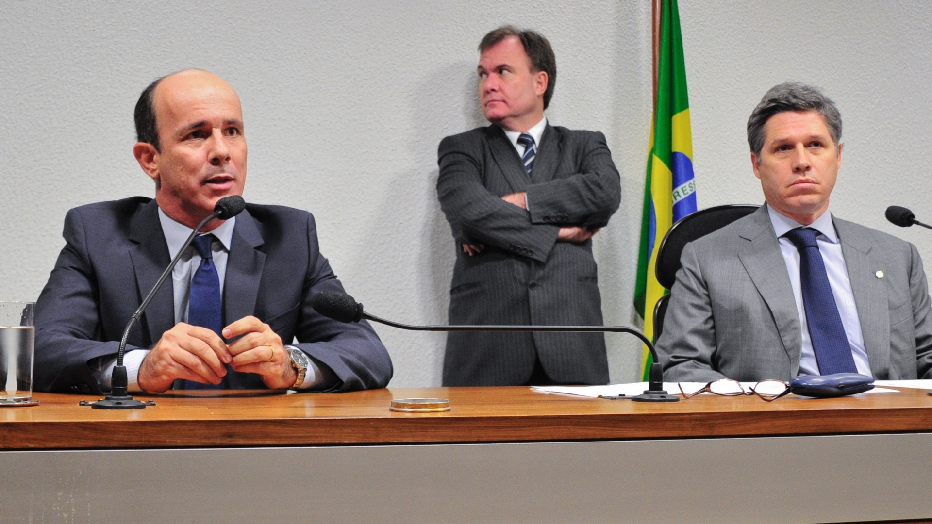 15.ago.2012 - Ex-presidente do Departamento de Trnsito (Detran) de Gois, Edivaldo Cardoso de Paula ( esq.) diz que no responder perguntas durante reunio da CPI do Cachoeira nesta quarta-feira (15).  direita, o vice-presidente da CPI, deputado federal Paulo Teixeira (PT-SP)
