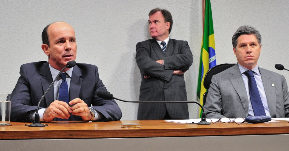 15.ago.2012 - Ex-presidente do Departamento de Tr&#226;nsito (Detran) de Goi&#225;s, Edivaldo Cardoso de Paula (&#224; esq.) diz que n&#227;o responder&#225; perguntas durante reuni&#227;o da CPI do Cachoeira nesta quarta-feira (15). &#192; direita, o vice-presidente da CPI, deputado federal Paulo Teixeira (PT-SP)