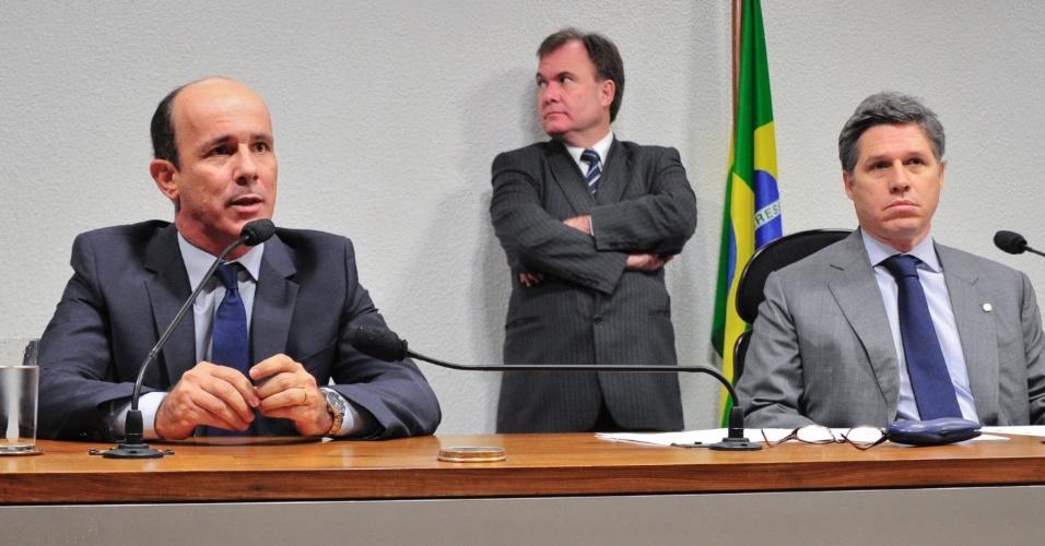 15.ago.2012 - Ex-presidente do Departamento de Trânsito (Detran) de Goiás, Edivaldo Cardoso de Paula (à esq.) diz que não responderá perguntas durante reunião da CPI do Cachoeira nesta quarta-feira (15). À direita, o vice-presidente da CPI, deputado federal Paulo Teixeira (PT-SP)