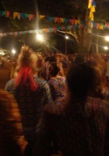 15.ago.2012 - Festa junina em praça de Serra Pelada, que parece mais um local pacato do interior, que pouco lembra o formigueiro humano dos anos 80