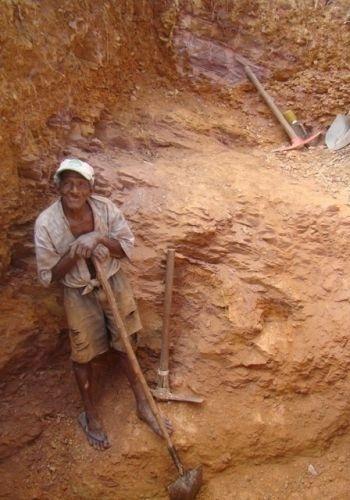 15.ago.2012 - Garimpeiros permanecem tentando encontrar ouro em Serra Pelada, em uma espécie de garimpo de subsistência, que rende muito pouco por mês; na foto, José Leal da Cunha