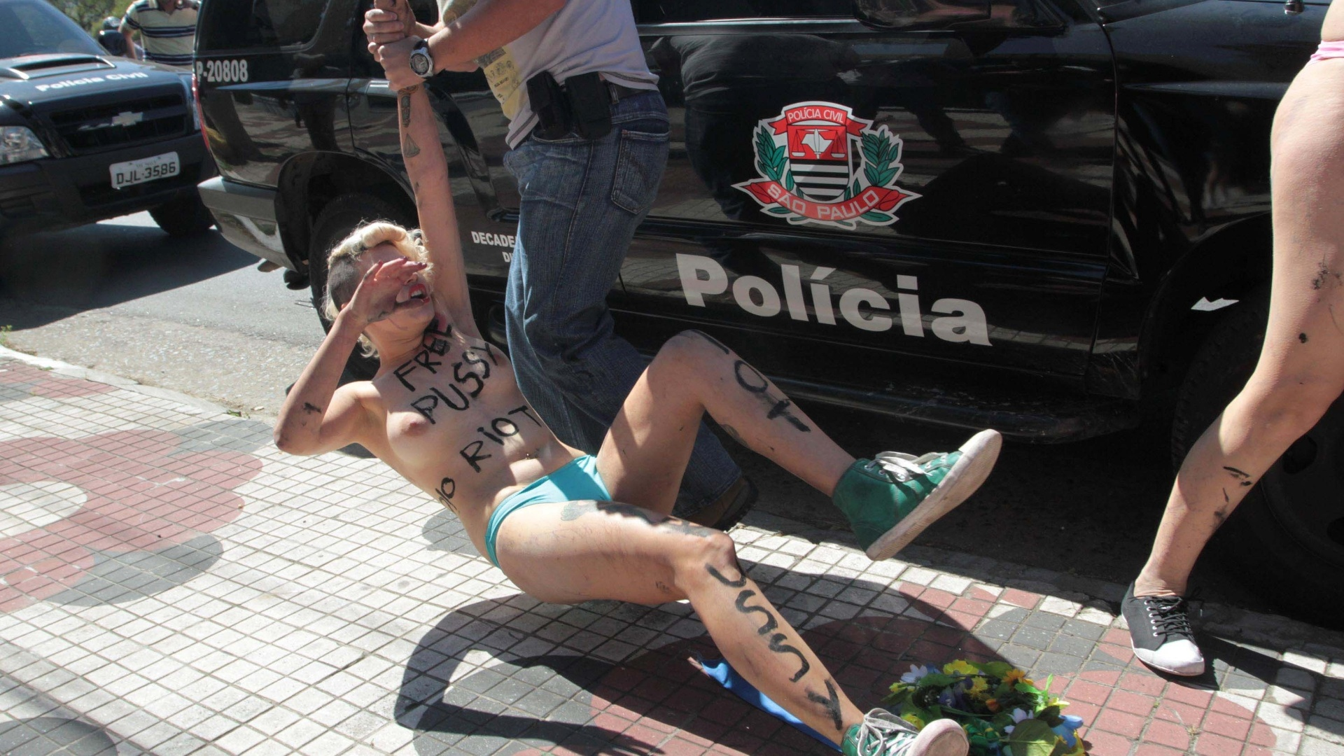 15.ago.2012 - Integrante do grupo Femen  arrastada por policial ao ser detida durante um protesto em prol da liberdade de trs integrantes da banda russa Pussy Riot, em frente ao consulado da Rssia, em So Paulo. As trs russas foram detidas devido a um protesto realizado em uma igreja, quando cantaram uma msica intitulada 