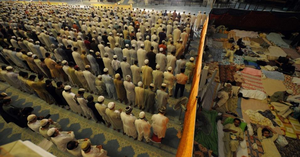 15.ago.2012 - Muçulmanos oram na mesquita Faisal, em Islamabad, no Paquistão, enquanto outros descansam ao lado. Esta quarta-feira (15) marca da Noite do Poder, ou Lailat al-Qader, a 27ª noite do mês sagrado do Ramadã. A data celebra a noite na qual, segundo a religião, o Corão foi revelado ao profeta Mohamed por meio do anjo Gabriel