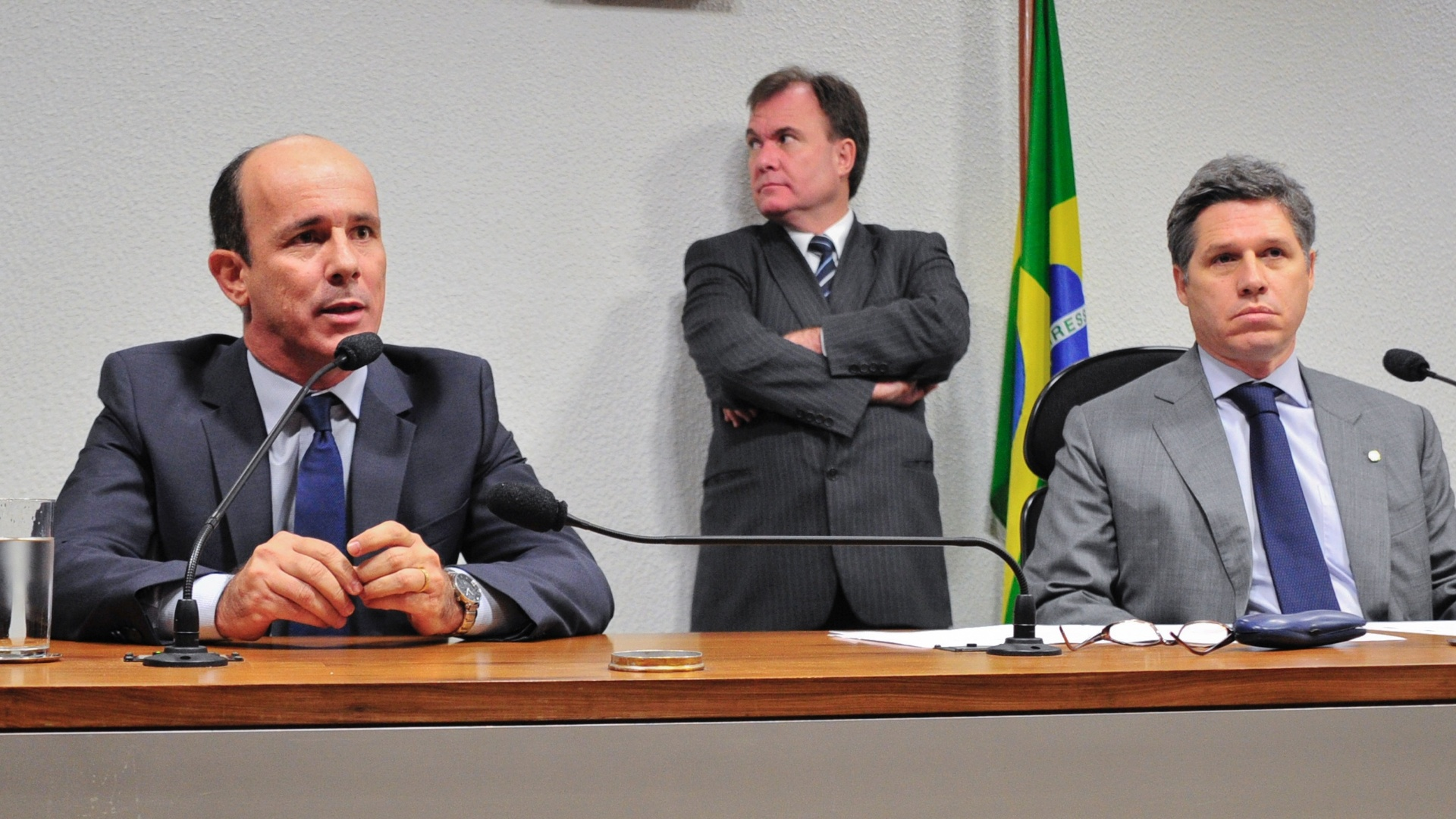 15.ago.2012 - O ex-presidente do Departamento de Trnsito (Detran) de Gois, Edivaldo Cardoso de Paula (esq.) depe na Comisso Parlamentar de Inqurito (CPI) mista do Cachoeira, em Braslia. Ele optou por no responder s perguntas. Cardoso aparece nas gravaes feitas pela Polcia Federal na operao Montecarlo, que investiga o envolvimento de Cachoeira com agentes pblicos e privados 