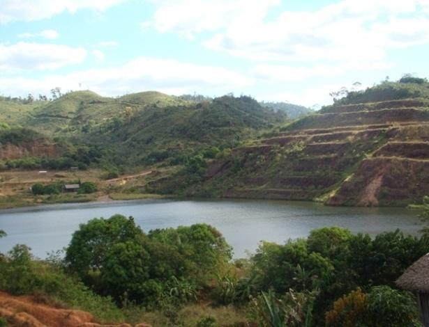 """15.ago.2012 - O núcleo de extração de ouro, onde localizava-se o """"formigueiro humano"""" na década de 80, agora é um lago com 120 m de profundidade"""