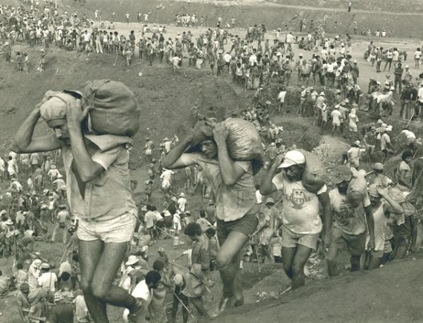 """15.ago.2012 - Serra Pelada, em 1982, à época do """"formigueiro humano"""""""