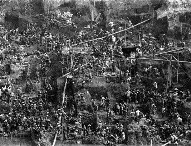 """15.ago.2012 - Serra Pelada, em 1983, à época do """"formigueiro humano"""""""