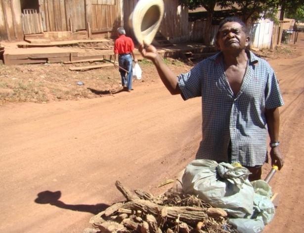 """15.ago.2012 - """"Só raizeiros e pescadores podem mentir. Essa aqui, por exemplo, levanta qualquer defunto, até o seu"""", diz vendedor de raiz de Serra Pelada"""