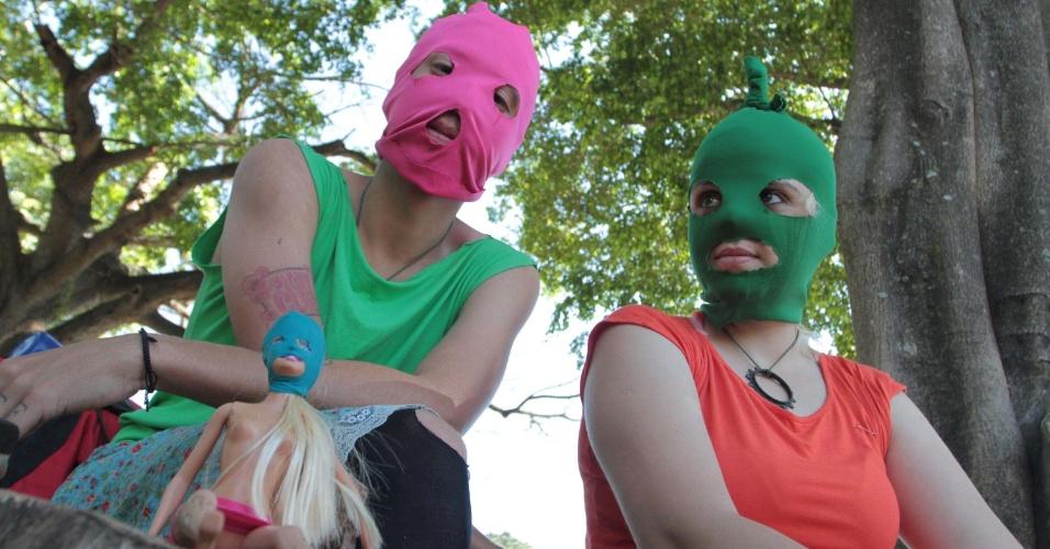 15.ago.2012 - Vestindo capuz colorido igual ao utilizado pelas integrantes da banda russa Pussy Riot, mulheres assistem ao protesto do grupo Femen em frente ao consulado da Rússia em São Paulo, no início da tarde desta quarta-feira (15)