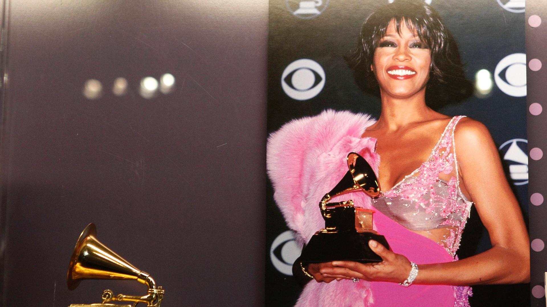 A cantora Whitney Houston está sendo homenageada pelo Museu do Grammy, em Los Angeles (15/8/12). Uma exposição foi montada com figurinos, prêmios, fotos e objetos pessoais da cantora, que foi encontrada morta em um hotel no dia 11 de fevereiro