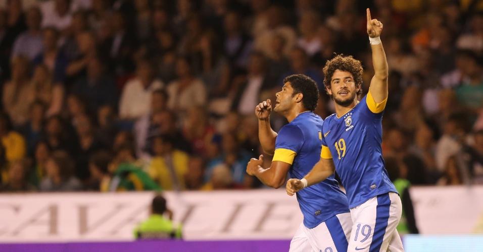 Alexandre Pato e Hulk comemoram gol brasileiro em amistoso contra a Suécia