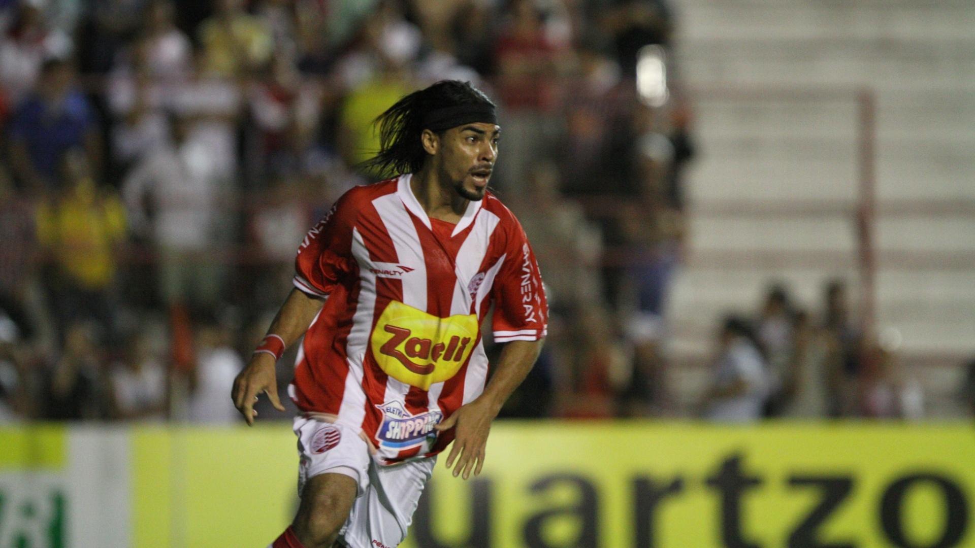 Araújo comemora um dos gols da vitória por 3 a 0 do Náutico sobre o São Paulo nos Aflitos