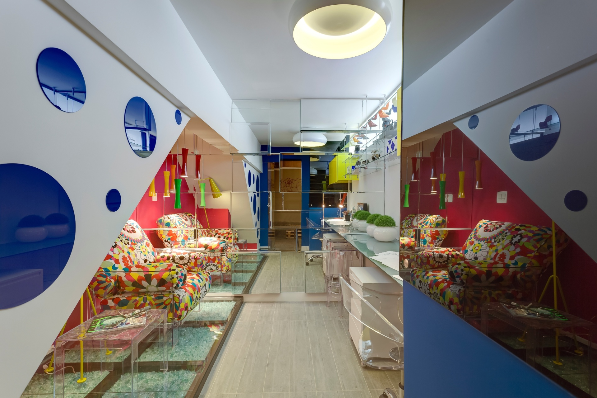 Estúdio do Designer criado por Débora Mendes para a Morar Mais por Menos em Belo Horizonte, Minas Gerais (16/08 a 30/09/2012): no ambiente duas paredes são compostas por vidros coloridos e espelhos bisotados que seriam descartados