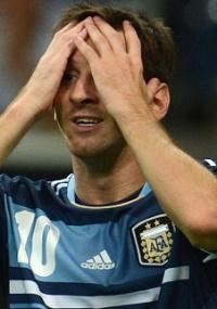 em cima da linha: Goleiro impede gol de Messi com bicicleta; veja