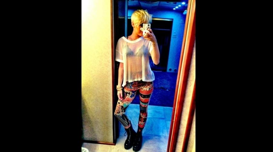Miley Cyrus posou vestindo camisa transparente deixando o sutiã à mostra (15/8/12)
