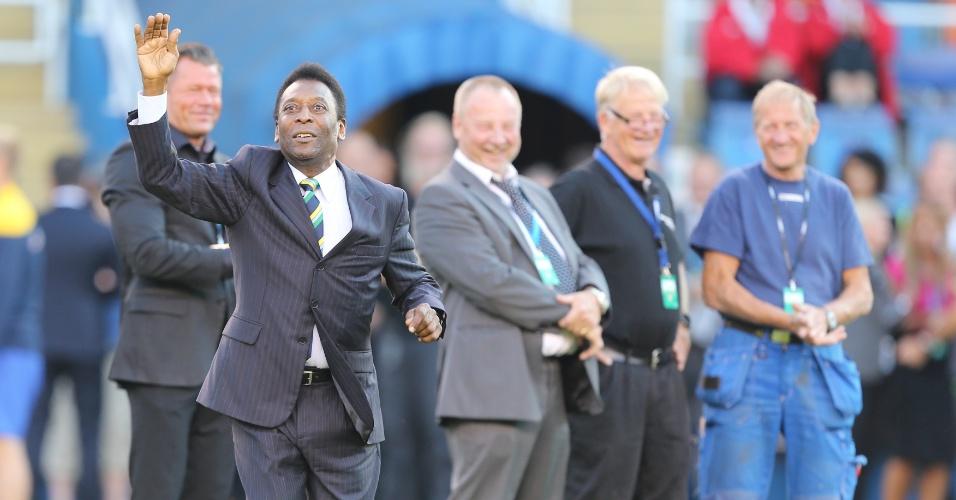 Pelé e outros atletas da Copa de 1958 são homenageados antes do início do amistoso entre Brasil e Suécia