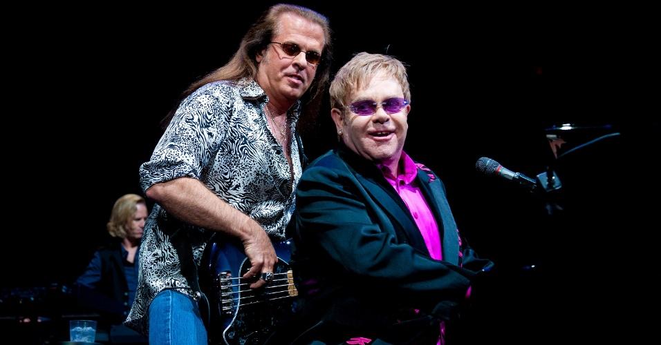 Robert Wayne Birch e Elton John durante show na Philadelphia, em março de 2011
