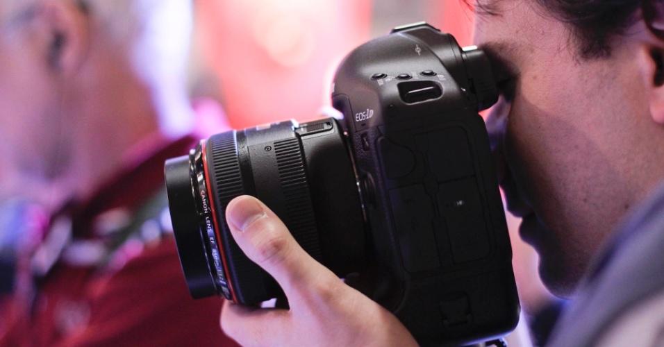 Visitante da PhotoImage 2012 testa câmera digital profissional Canon EOS 1DX