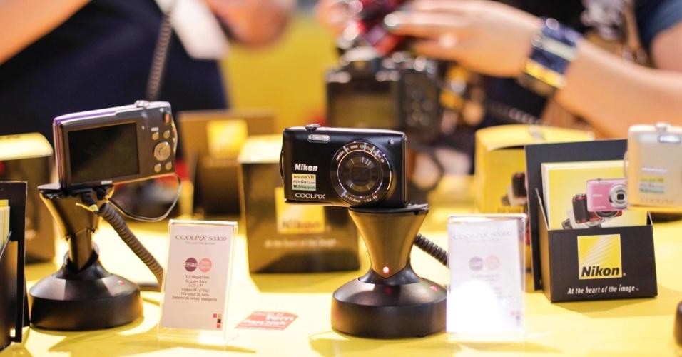 Visitantes da Photoimage 2012 testam modelos profissionais nos estandes das fabricantes durante o evento de fotografia
