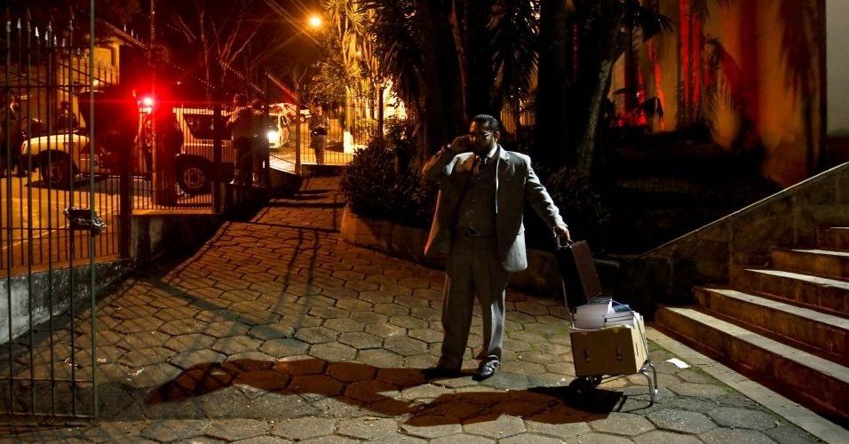 """10.mai.2012 - Advogado do réu Rodolfo Rodrigo dos Santos Oliveira, o """"Bozinho"""", deixa o Fórum de Itapecerica da Serra (Grande São Paulo). Rodolfo, um dos três condenados nesta quinta-feira pela morte do ex-prefeito de Santo André Celso Daniel, recebeu pena de 18 anos de prisão"""