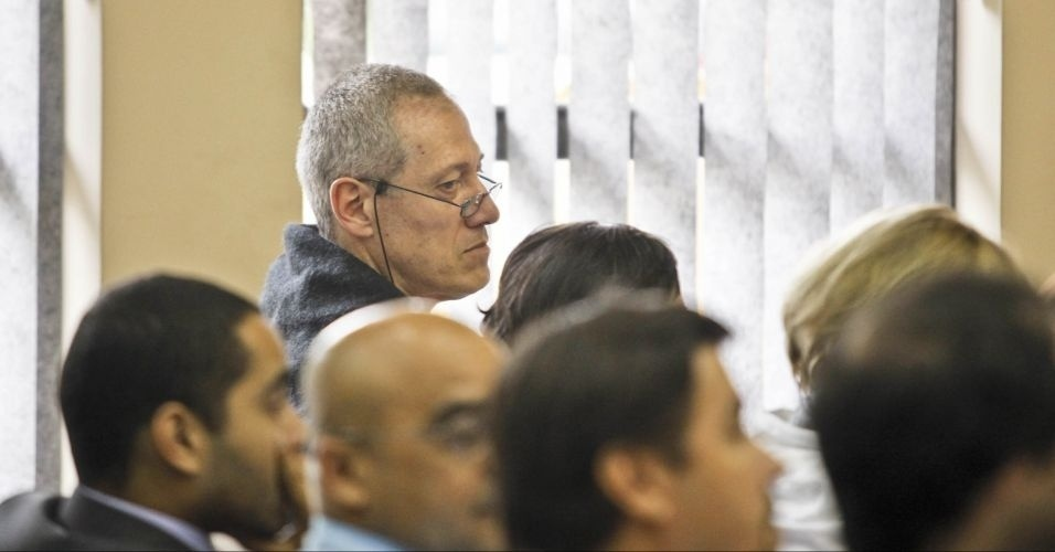 10.mai.2012 - Bruno Daniel assiste ao julgamento sobre a morte do irmão de Celso Daniel no Fórum de Itapecerica da Serra (SP). Os três primeiros réus interrogados no julgamento pela morte do ex-prefeito de Santo André negaram participação no crime