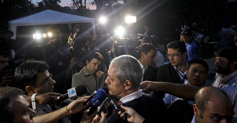 10.mai.2012 - Bruno Daniel fala com a imprensa do lado de fora do Fórum de Itapecerica da Serra (SP), durante intervalo do julgamento dos acusados pela morte de seu irmão, o ex-prefeito de Santo André Celso Daniel