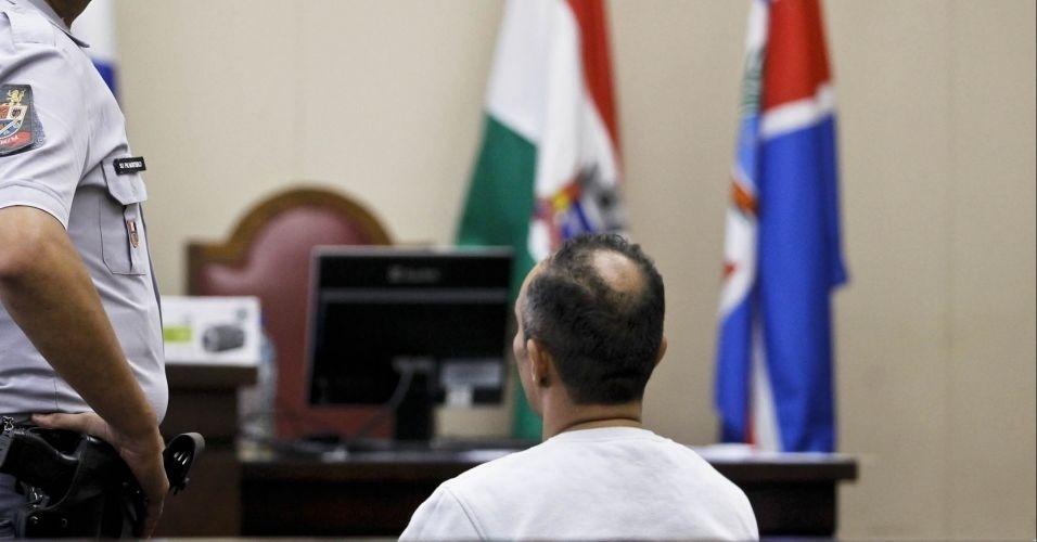 10.mai.2012 - Ivan Rodrigues da Silva (de costas), um dos cinco acusados no caso da morte do ex-prefeito de Santo André (SP), Celso Daniel, comparece ao julgamento no Fórum de Itapecerica da Serra (SP)