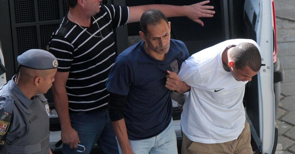 16.ago.2012 -  Acompanhado de policiais, Itamar Messias dos Santos chega ao Fórum de Itapecerica da Serra (SP), para o julgamento no qual é acusado, ao lado de Elcyd de Oliveira Brito, de participar do assassinato do ex-prefeito de Santo André, Celso Daniel
