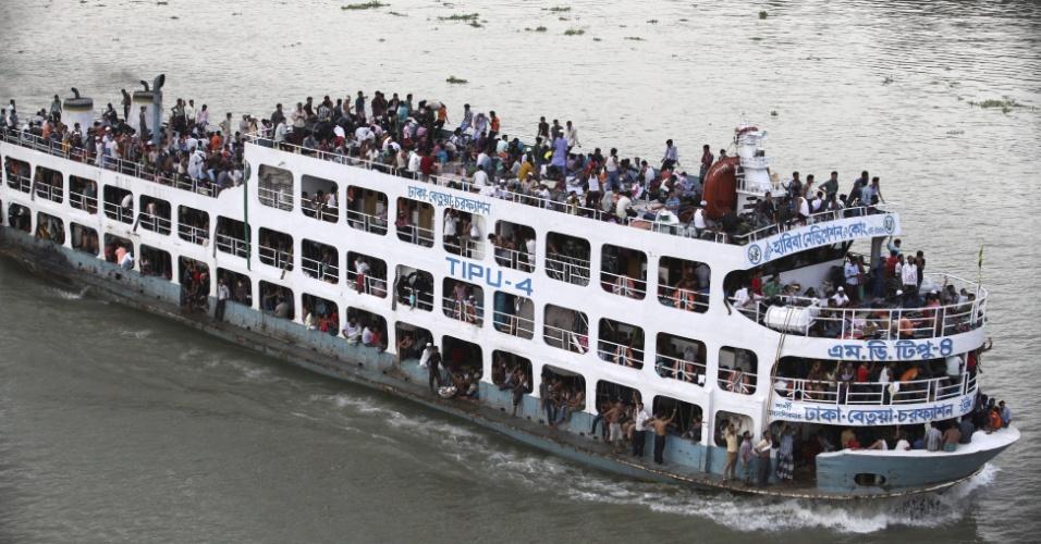 """16.ago.2012 - Dezenas de pessoas lotam embarcação que parte para Dacca, em Bangladesh, onde será celebrada a festividade de """"Eid al Fitr"""" (celebração do fim do jejum), que marca o final do Ramadã, mês sagrado e de orações para os muçulmanos"""